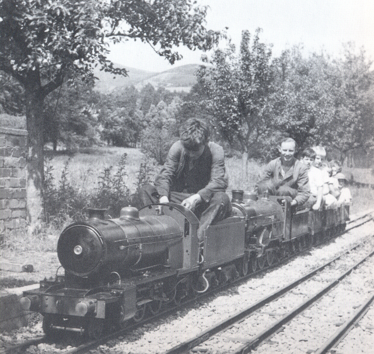 1949-TubbyandGeorgearriveinWindermere.jpg